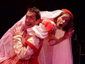Petruccio se lleva a Kate durante su banquete de bodas